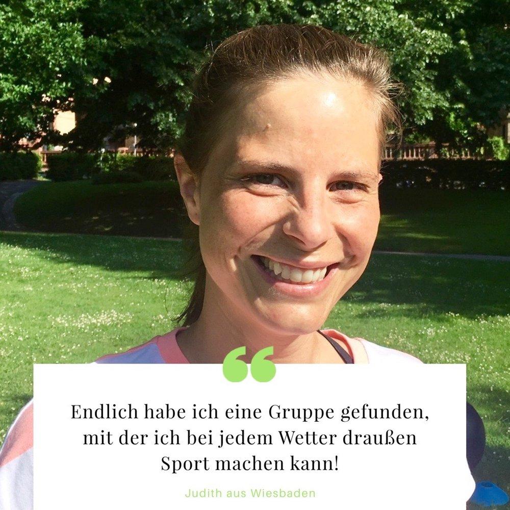 Judith aus Wiesbaden - Auf der Suche, nach Trainingspartnern, die bei Wind und Wetter mit mir raus gehen, bin ich auf GREENLETICS gestoßen. Ich wusste vorher nicht, dass es eine richtige Outdoor-Alternative zum Fitnessstudio gibt! Die anderen Teilnehmer und die Trainer sind alle total nett und ich fühle mich hier wirklich wohl. Im Studio kam es mir häufig vor, als wäre ich auf einem Laufsteg, auf dem sich alle nur präsentieren wollen. Bei GREENLETICS ist das echt anders. Hier kommen alle hin um gemeinsam Sport zu machen und Spaß zu haben. Selbst die Trainer haben offensichtlich richtig Spaß an ihrer Arbeit. Auch das habe ich bislang noch nicht häufig erlebt. Dadurch bin ich viel motivierter auch mal so zu trainieren, wie ich es allein nicht machen würde und habe dadurch auch immer neue Trainingsreize. Ich bin wirklich begeistert und kann jedem empfehlen es auszuprobieren.