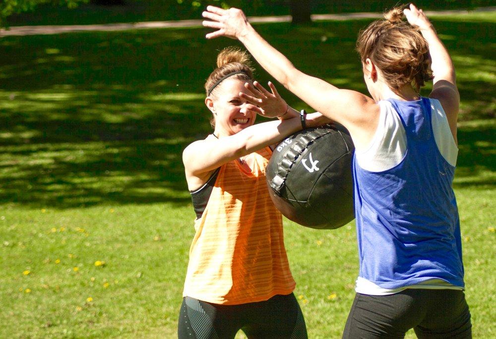 Workout - Unser Workout ist Zirkeltraining mit einem Personal-Group-Trainer und für jedes Fitnesslevel geeignet. Die Fitnesskurse finden immer draußen und bei jedem Wetter statt.Ähnlich wie im Bootcamp aus Amerika, machen wir dich fit. Allerdings ohne Trillerpfeife sondern mit fachkundiger Anleitung wie bei einem Personaltrainer und Motivation ganz ohne Gebrüll.Das Workout beinhaltet Bestandteile aus dem Functional Training, HIT, Tabata, AMRAP usw. Der Fitnesstrainer bringt entsprechendes Equipment wie bspw. TRX, Medizinbälle, Kettlebells, Minibands, Battleropes etc. mit. Viele Fitnessübungen werden aber auch mit dem eigenen Körpergewicht ausgeführt oder an Parkbänken, Treppen usw.jetzt kostenloses Probetraining buchen