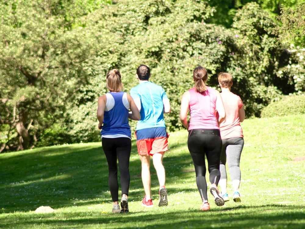Run and Train - Joggen und Workout in einer Einheit mit deinem Personal-Group-Trainer. Diese Laufeinheit ist für jedes Lauftempo geeignet, da der Trainer jeden Teilnehmer entsprechend seines Lauftempos fördert und fordert. Anders als in üblichen Laufgruppen, wird bei uns das Lauftraining mit kleinen Workouts bspw. an Parkbänken, mit Baustämmen oder anderen Trainingsgegenständen, die die Natur zu bieten hat, kombiniert.Der Laufkurs findet jedes mal auf einer anderen Laufstrecke in Wiesbaden statt und bietet dir somit immer neue Reize und Eindrücke.Jetzt kostenloses Probetraining buchen