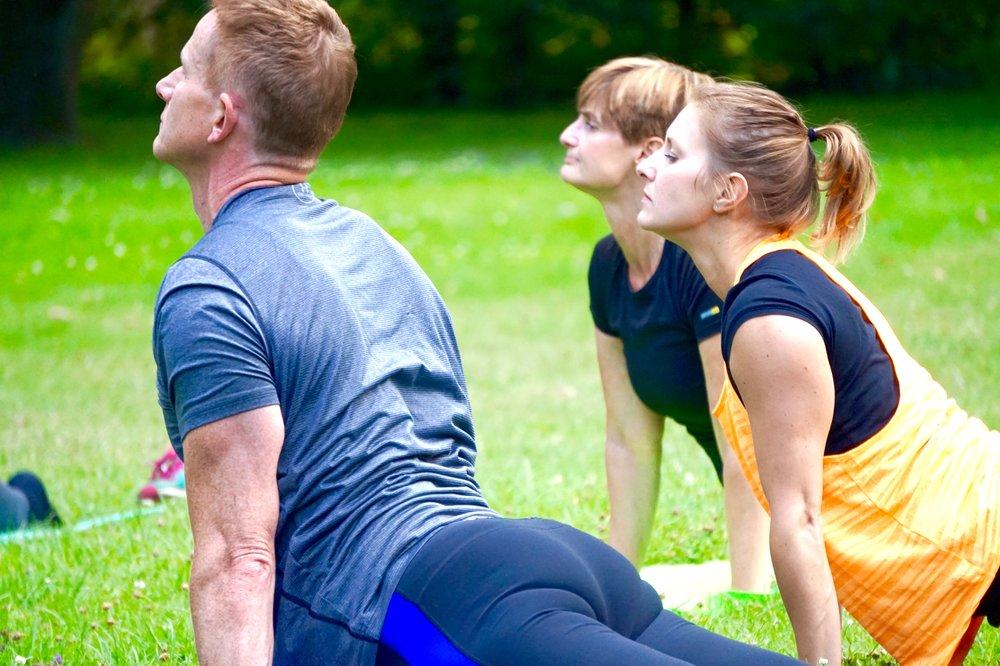 OutdoorYoga - Outdoor Yoga ist zum intensiveren Fitnesstraining die perfekte Ergänzung. In unseren Yogastunden wirst du von einem Yogalehrer durch die Yoga-Übungen im Freien geleitet. Mit regelmäßigen Yogastunden, kannst du deinen Körper beweglich halten. Außerdem hilft die regelmäßige Yoga-Praxis dabei zu Entspannen und besser mit Stress umzugehen. Bei GREENLETICS haben wir uns auf Hatha Yoga und sanftes Vinyasa ausgerichtet, da der Fokus dieser Stunden auch ein Ausgleich zum intensiveren Fitnesstraining sein soll. Die Atemübungen im Yoga tun an der frischen Luft gleich doppelt gut.Jetzt kostenloses Probetraining buchen