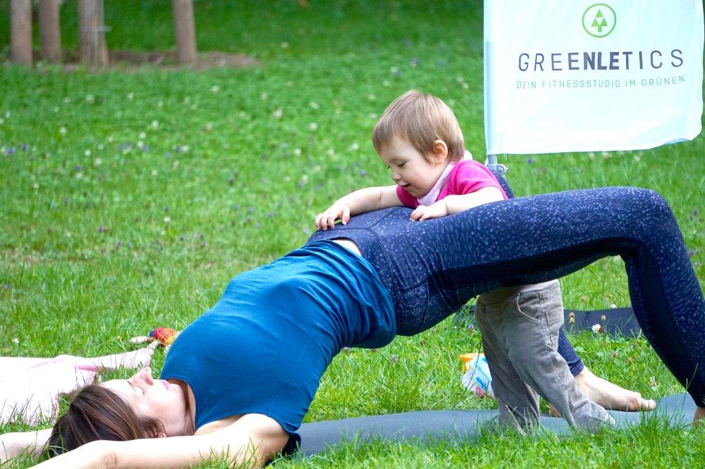Fit Mom Workout - Fit Mom Workout ist ein Fitnesskurs für Mütter mit Baby oder Kleinkind, die nach der Schwangerschaft wieder mit dem Fitnesstraining einsteigen möchten. Unsere Prä- und Postnatal-Trainer zeigen dir in diesem Fitnesskurs Übungen, die dich für den Alltag mit Kind kräftigen und dir helfen, die letzten Schwangerschafts-Kilos zu verlieren.Das Mama Workout ist ein Outdoor Fitnesskurs für Mütter. Bei uns kannst du dein Baby oder Kleinkind auch in der Trage mitbringen, weil die Fintesseinheit kein reines Buggy-Workout ist. Du kannst aber auch alleine kommen, falls dein Nachwuchs schon in Betreuung ist. Um am Mama Workout teilnehmen zu können, solltest du deine Rückbildungskurs abgeschlossen haben.Hier anmelden oder mehr erfahren.