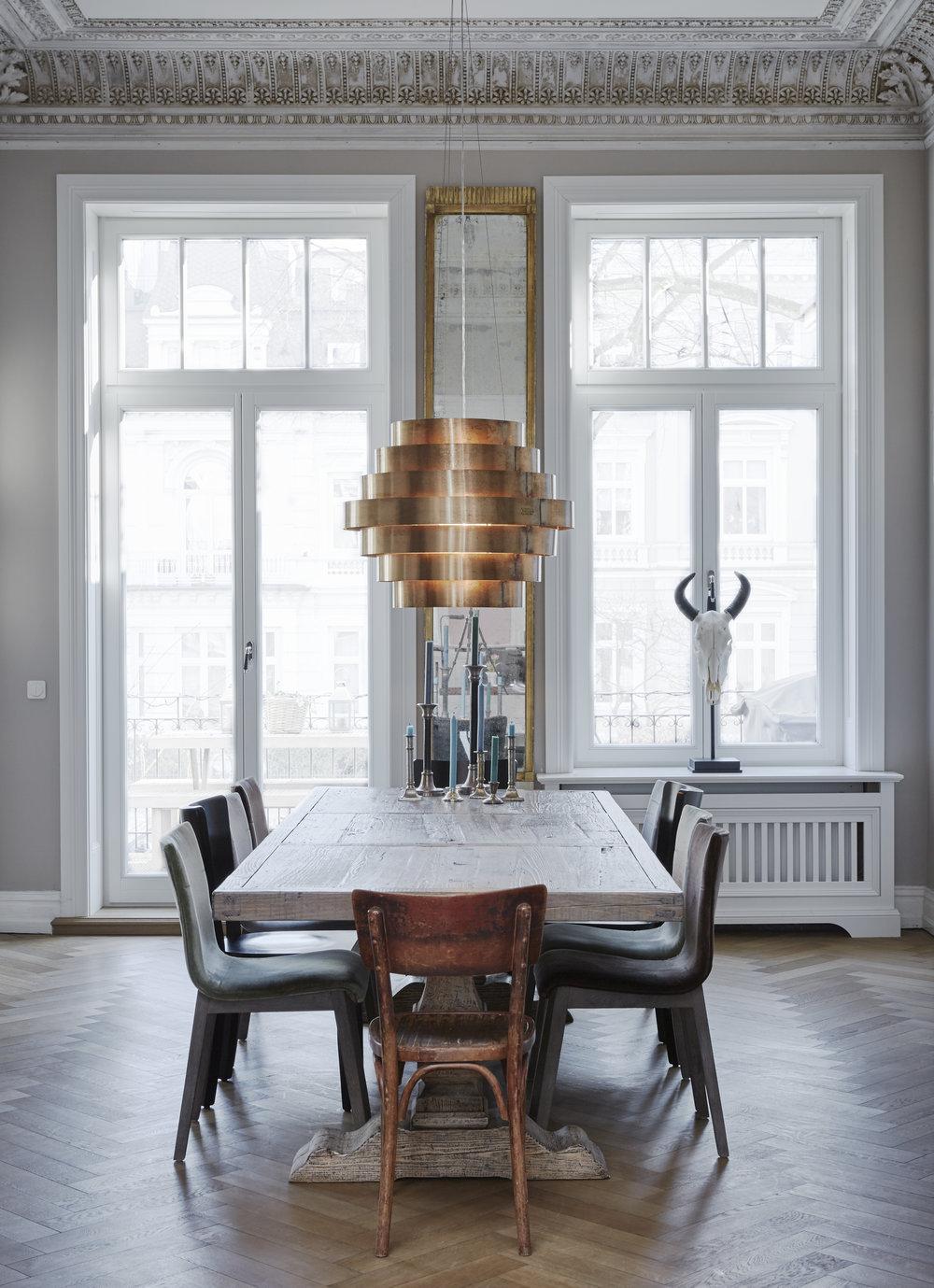 Coole+Messing+Hängeleuchte,+Esszimmer,+grober+Holztisch.jpg