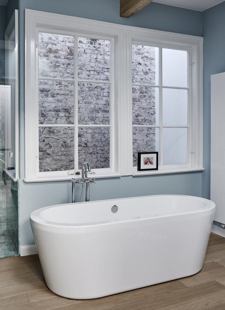 Freistehende+Badewanne,+Bad+mit+innenliegendem+Fenster,+Holzboden+im+Bad.jpg