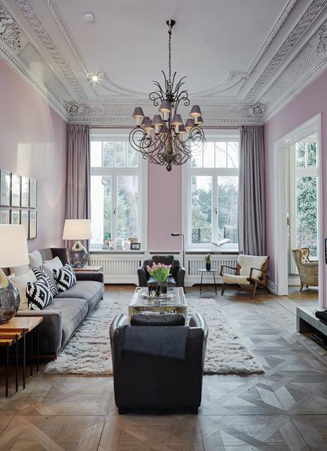 Gemütliches+Wohnzimmer,+Altbau,+Kronleuchter+aus+Eisen,+Ledersessel,+Samtsofa,+Schaffell-Teppich,+Rosa+Wandfarbe.jpg