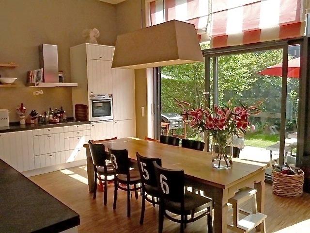 Landhausküche,+weiß+%2F+schwarz,+Blaustein,+gestreifter+Rollo,+Wohnküche.jpg