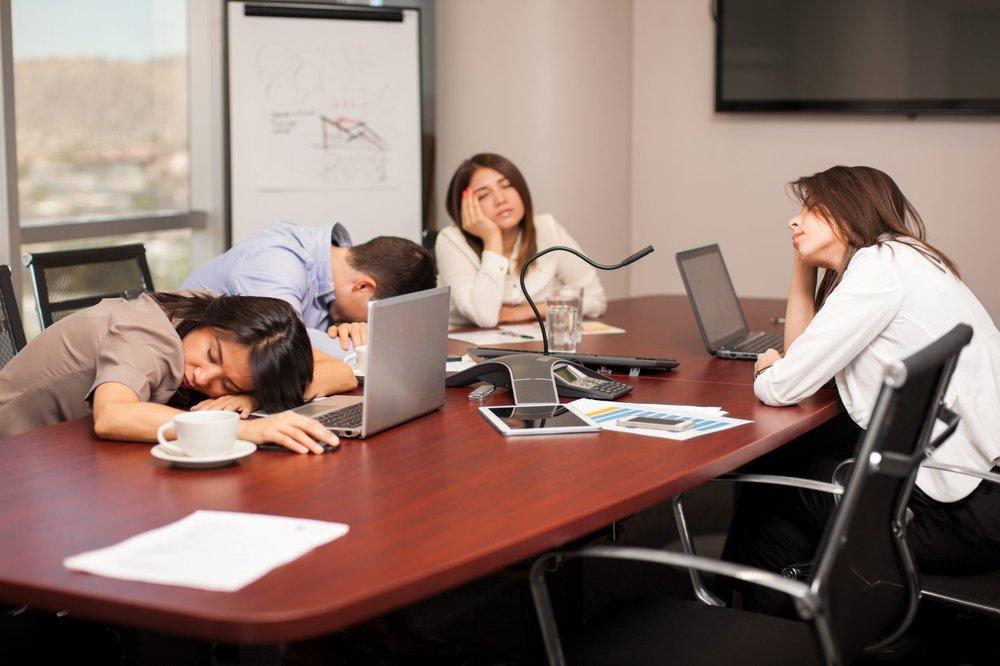 Müde-auf-der-Arbeit-wegen-Schlafproblemen.jpg
