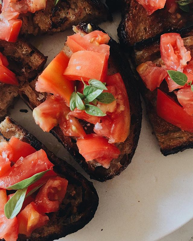 〰dinner〰 @lodgebreadco toast with heirlooms, maldon salt, basil, and olive oil 🍅 #f52grams #thesweetpetite