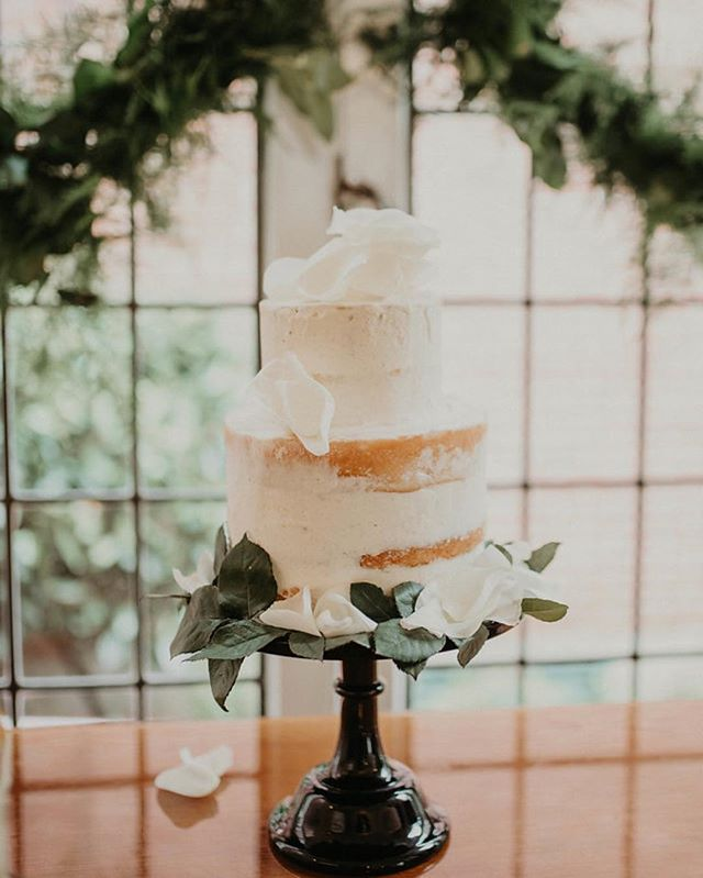 I hate making wedding cakes but dis is cute, huh? 🙃 photo from my sis's wedding by @katherineanner