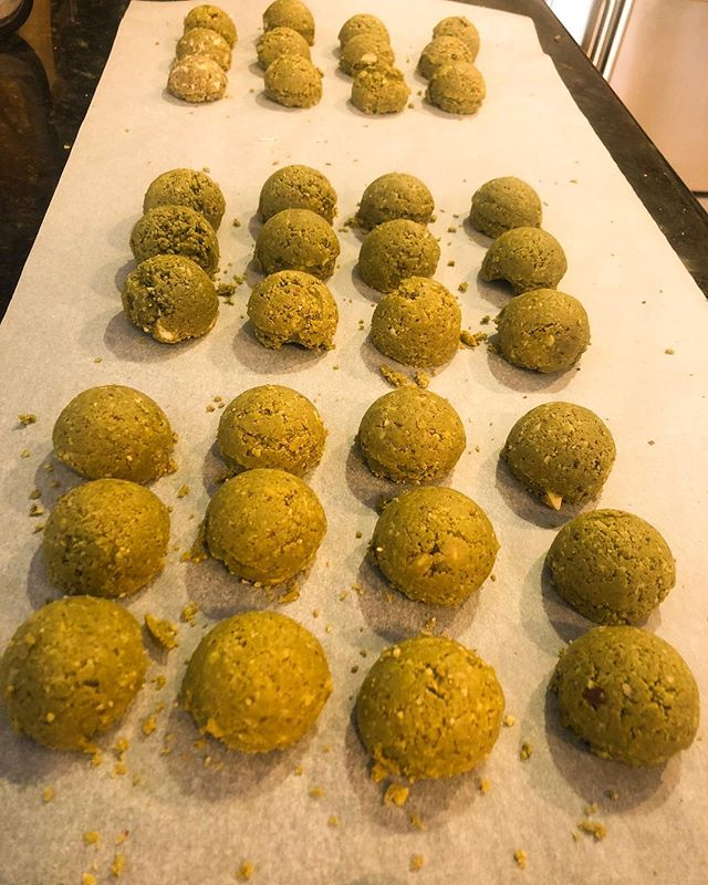 Making Matcha Tea Protein Energy Balls for today's event at @dopsantamonica !! OH MY GOD THEY CAME OUT SO GOOD!!// 🍵 🔥17 grams of protein per ball 🔥Matcha powder/ vanilla protein powder/ almonds/ shredded coconut/ agave/ white chocolate chips/ coconut oil. . . . #fitfam #fitness #healthylifestyle #nikkistable #workoutroutine #vegan #privatechef #mealprep #catering #fitspo