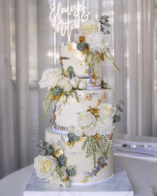 A dreamy, classic wedding cake 😍💍💘 Wishing the gorgeous couple a life of endless love and happiness 🥂
