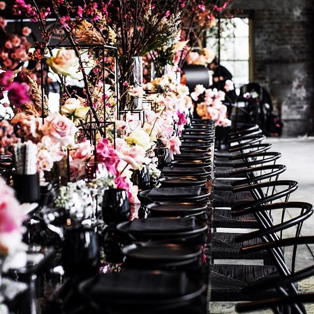 Talk about tablescape perfection. Love this look from the super talented @jasonjamesdesign and stunning florals from @seedflora ...beyond gorgeous!