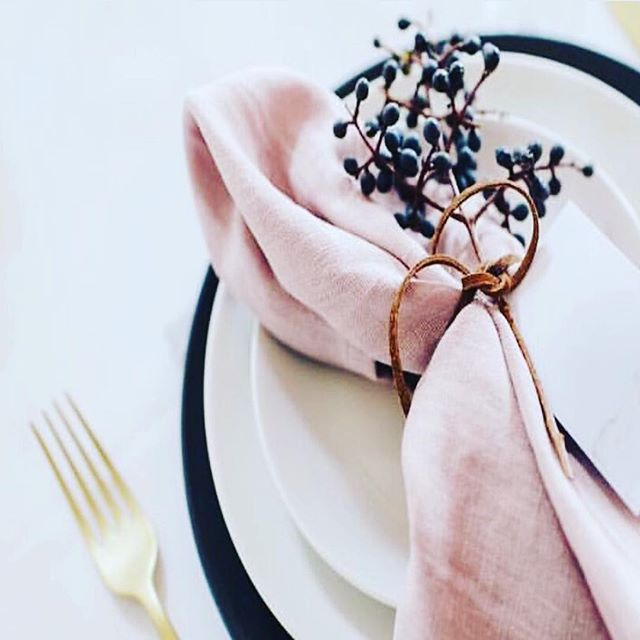 Sunday should be about beautiful  lunches with friends and family. Can't wait to set my table for gorgeous lunches once the renovation is complete...3 more weeks! So excited! Love this look for home and also perfect for a laid back wedding. Pic via @carteblanchebride  #tablesetting #weddingstyling #stylinginspo #sydneyevents #sydneybride #homestyling