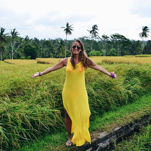 What does having an open heart mean to you? 💛 💛  I believe having an open heart is constantly practicing intuition and being able to fully trust it. That's me in Bali, a few years back. That's where my first mayor shift happened. I started to embrace what life can be like. I started a challenging but beautiful journey. I created new dreams, new realities and new beliefs. I guess in a very yogic way of saying it I opened up my heart 😉  Today, maintaining a trust for my heart, intuition and what it tells me is a challenge. And really, what is a open heart? Right now, for me, that means to FEEL all feelings. And to love, in all its aspects. Namaste and happy Friday! 🙌🏾💛😘