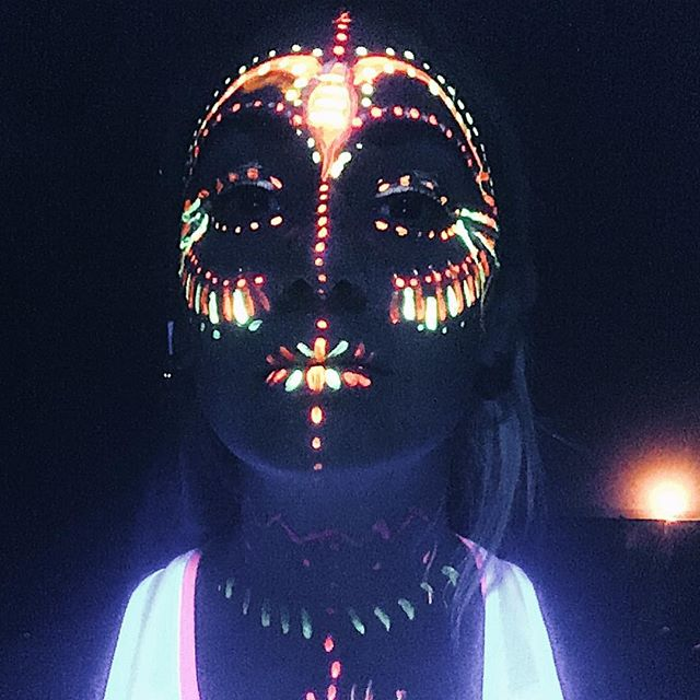 Do you want to experience an extraordinarily Lucia celebration?  Come for body painted yinyoga with me in darkness!  Friday 14/12 20.00-21.00 Dieselverkstaden, Nacka  Few spots left, book yours now!  DM to get yours or check out @blacklightyogasweden ! 😘