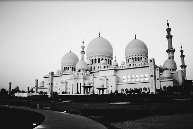 The largest mosque in UAE, the Sheikh Zayed Mosque, or the Grand Mosque, sees thousands of visitors and worshippers each day. The mosque was built under the administration of the Late Sheikh Zayed bin Sultan al Nahyan, and was the architectural brainchild of Syrian architect, Yousef Abdelky. The mosque was intended to unite cultural diversity and modern aesthetic values. Today, it's multinational visitors surely attest to that vision! • • • • • #sheikhzayedmosque #grandmosque #abudhabi #uae #unitedarabemirates #mosque #blackandwhite #travelphotography #wanderlust #natgeoyourshot #natgeotravel #natgeocreative