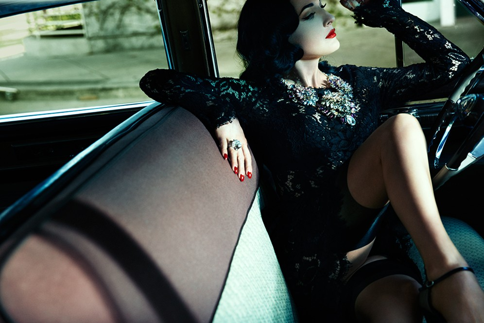 dita-von-teese-look_2_sitting_in_car