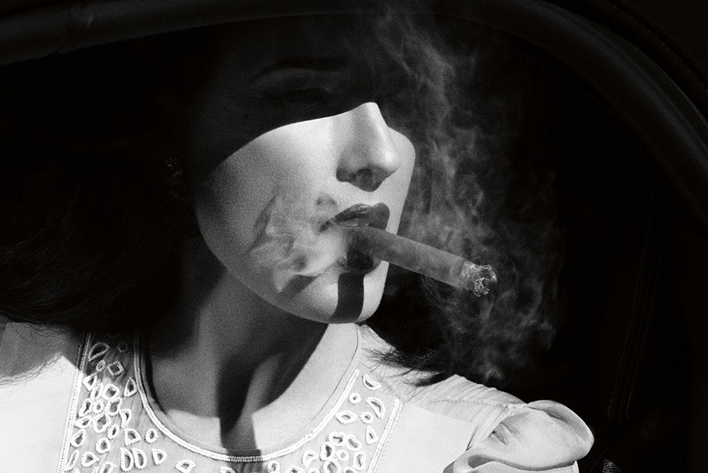 dita-von-teese-look_4-smoking_cigar_0