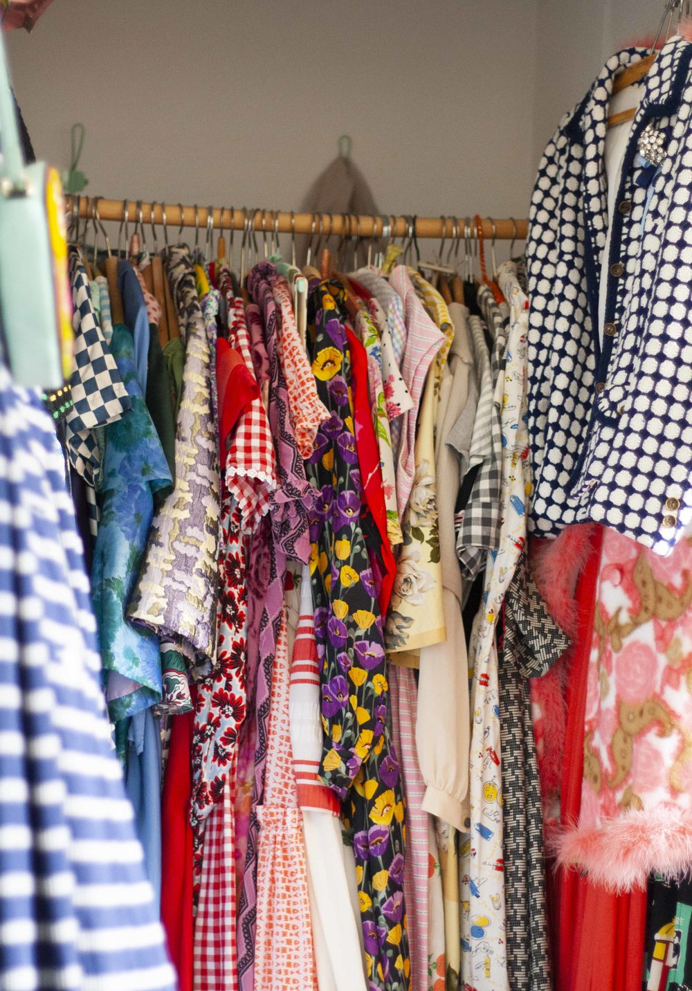 Farver, striber, print og mønstre i massevis. Ca. 95% af mine kjoler er vintage.