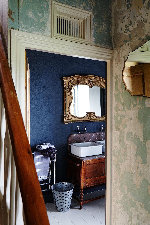 modern_rustic_bathroom_plaster.jpg