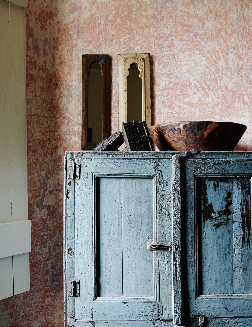 rustic_pink_plaster_vintage_bedroom.jpg