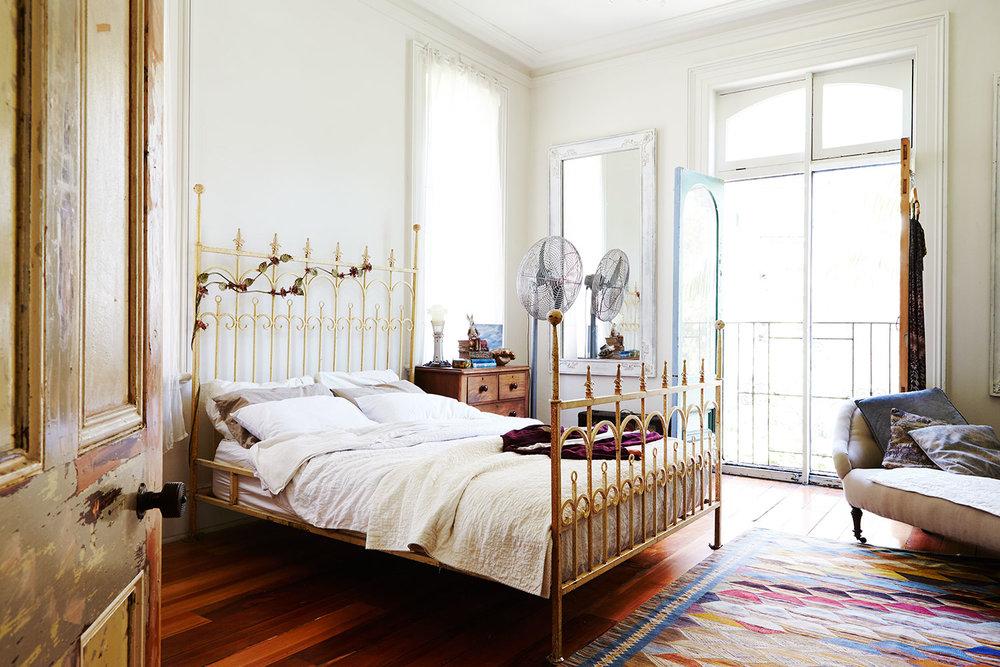 Vintage_Victorian_Bedroom_iron_bed.jpg