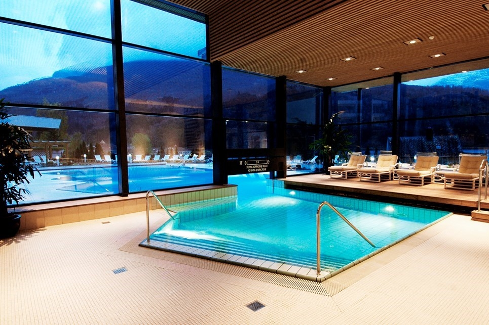 Alexandra Bath - Heated indoor and outdoor pools. Spa treatments available.