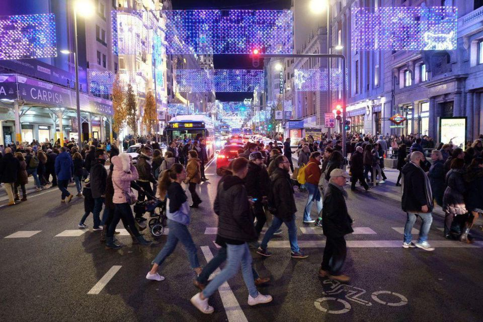 Pedestrians in Madrid's central business district, while the City closed it to cars for the first time during the 2018 Christmas season. (Ayuntamiento de Madrid)