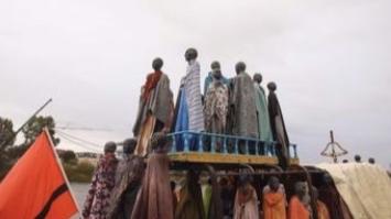 70 Bronzefiguren auf dem ehemaligen Flüchtlingsschiff Al-Hadj Djumaa in Magdeburg erinnern an die 282 Kinder und Erwachsene, die auf dem winzigen Fischerboot im Jahr 2013 zweieinhalb Tage während ihrer Flucht über das Mittelmeer von Libyen nach Lampedusa unterwegs waren. (Bild: imago)