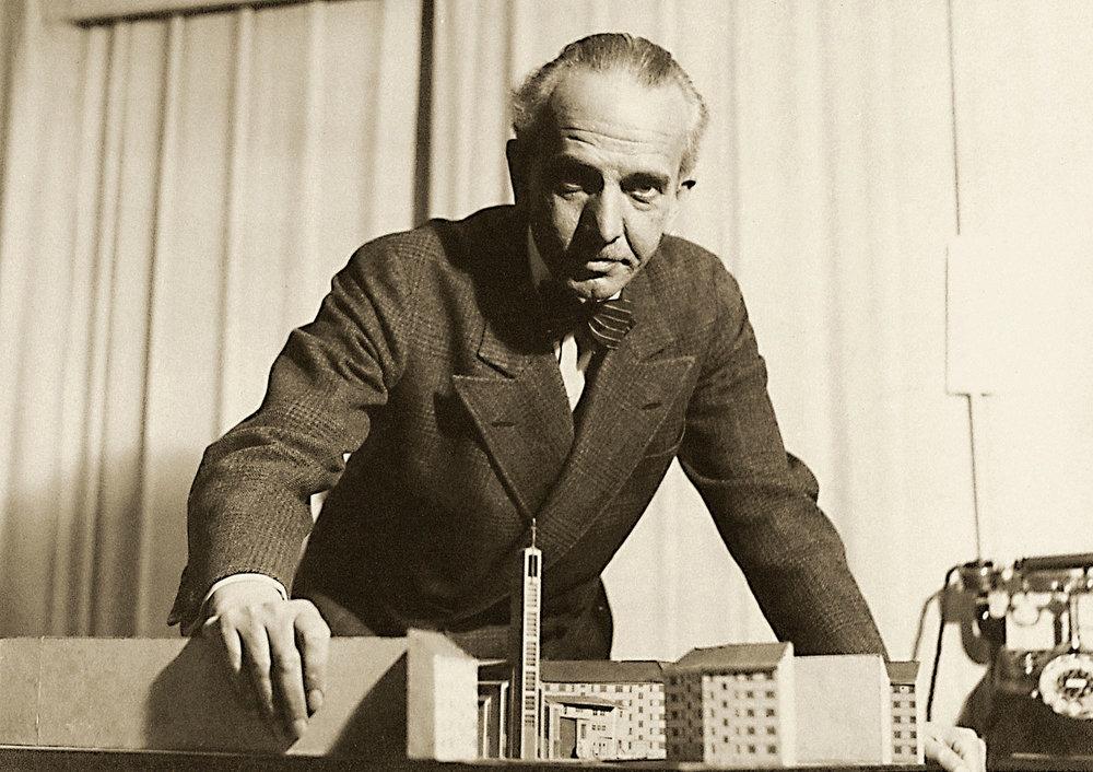 Otto Bartning mit Modell der Gustav-Adolf-Kirche, 1932 7