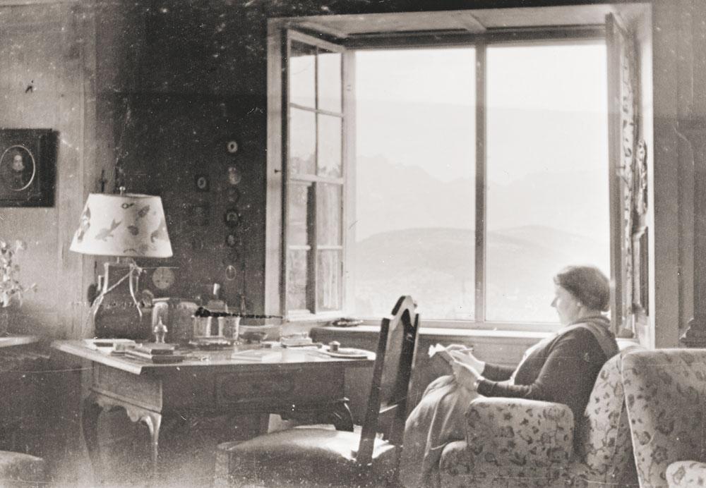 """Grete Gulbransson in Schloß Weißenberg (""""Batschunser Schlößle""""), 1932 32"""