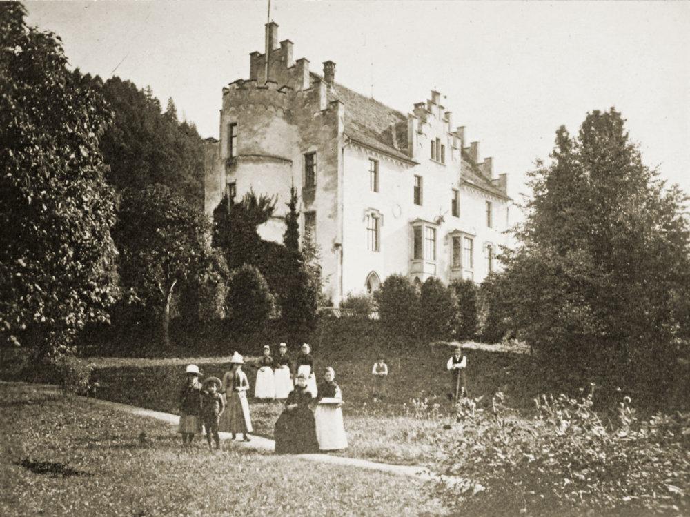 Familie Douglass und Poellnitz vor dem Schlösschen Babenwohl, o. J. 47