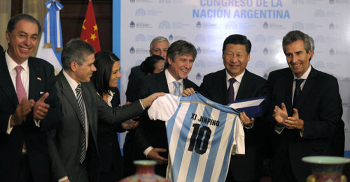 Xi Jinping receives from Argentina's Vice President Amado Boudou the No. 10 jersey