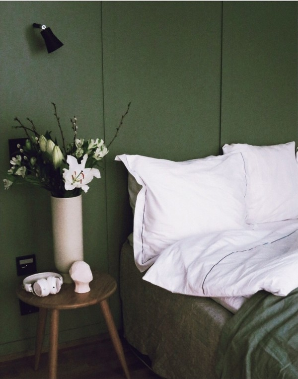 Make your bed with with white bedlinen from My Luxury Linen à la a hotel suite.