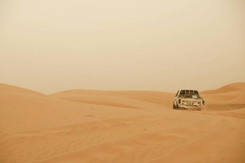 Mobilité durable - Le projet de la route de l'AcaciaQue l'on soit sédentaire ou nomade, et que l'on vit dans le désert, la mobilité est un enjeu crucial, pour le commerce, la santé et l'éducation. Nous cherchons sans cesse à augmenter l'accessibilité en construisant et en aménageant des routes.En Mauritanie, nous travaillons en ce moment sur le projet de La Route de l'Acacia. C'est une route verte reliant le village d'Ividjaren à la Route de l'Espoir, l'autoroute nationale passant 5km plus loin.Phase1: Planter des acacias le long de la future route, pour que les racines fixent le sol sabloneux et bloquent le déplacement des dunes.Phase 2: Taper la piste et construire la route avec de l'argile sur un sol bien compacté, n'utilisant ni goudron, ni machineries.La Route de l'Acacia est un projet-pilote, qui aura des retombées durables sur le développement économique, social et écologique de la région. Cette initiative permet de faire face à des enjeux majeurs et interconnectés: la désertification, les changements climatiques et la préservation de la biodiversité.Vous êtes un particulier? Vous pouvez faire un don, un stage, du bénévolat, de la recherche, participer à une conférence, etc.Vous êtes une entreprise ou une OBNL? Vous pouvez faire un don, devenir commanditaire, participer à une conférence, apporter votre partenariat, etc.