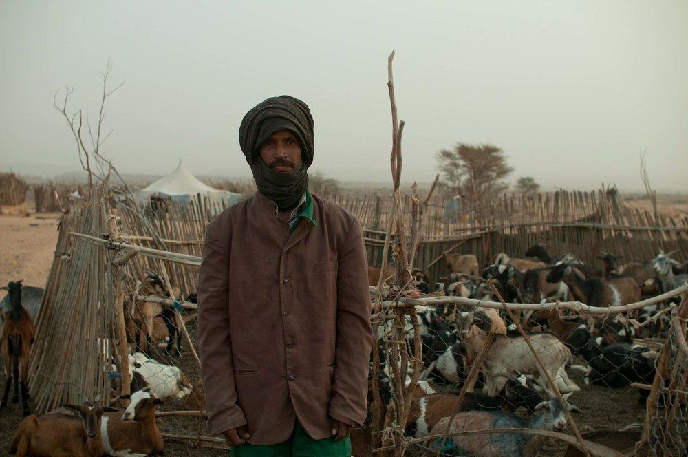 Economie sociale : L'ambition d'agir sur l'économie pour faire baisser l'inflation - Quelle histoire! Depuis 2014, de l'argent est envoyé aux habitants semi-nomades de la région d'Ividjaren en Mauritanie.Rien d'original ? Oui! L'impact économique est énorme. Il ne s'agit pas simplement de donner de l'argent, mais d'influencer l'économie locale. Rien de moins que de faire baisser l'inflation autour du village d'Ividjaren !Comment ? La Fondation fait des achats utiles pour les habitants et surtout les achète en gros. Cela oblige certains commerçants peu scrupuleux à baisser leurs prix. Trop souvent, les nomades sont obligés de vendre leurs animaux. C'est une perte économique et symbolique majeure. Il s'agit donc de permettre l'accès aux aliments de base sans pénaliser lourdement les habitants. Bien sûr, la Fondation ne fait pas de profit sur ces opérations. Ensuite, elle se retire du marché. Mais jamais tout à fait! Elle est là. Comme une veille. Et répète l'opération à chaque fois que nécessaire.