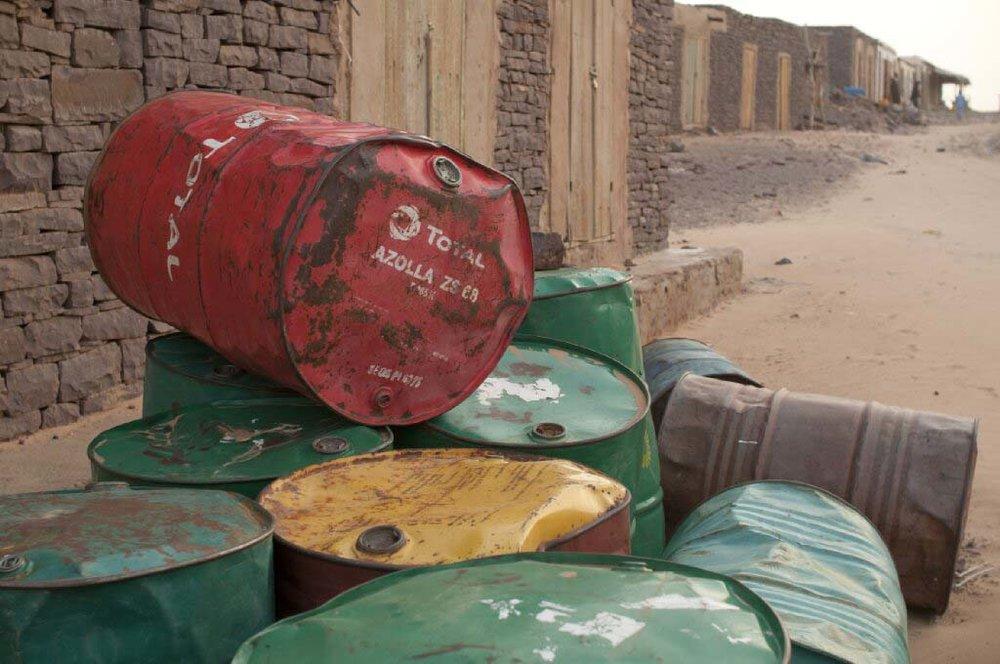 - Quand on parle des compagnies minières, très présentes en Mauritanie, ce n'est pas le terme «économie sociale » qui vient en tête. Pourtant, la Fondation La Khaïma veut influencer leurs actions. Elle vise à inclure un solide volet social dans leurs programmes sans pour autant servir de faire-valoir facile pour ces compagnies. Tout un défi...De plus, avec l'arrivée de nouvelles compagnies minières ans les régions du pays, il faut faire mieux comprendre l'existence et les besoins des nomades de Mauritanie. Nous voulons que les compagnies minières intègrent ces peuples dans leurs programmes de développement, le fassent de manière durable et trouvent des idées concrètes pour mieux servir ces populations afin de lutter contre la marginalisation.En 2014, aux Mauritanides, la conférence sur les secteurs miniers et pétroliers de Mauritanie, Atigh, le président de la Fondation, donne un séminaire devant les assureurs des compagnies pétrolières.