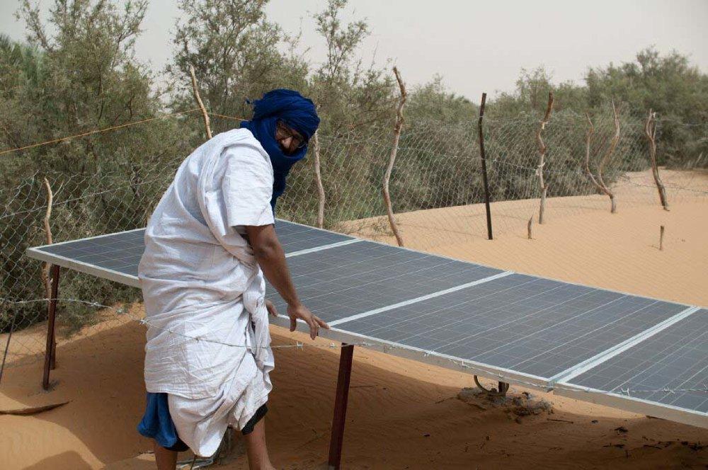 Souveraineté alimentaire - En 2014, des initiatives durables sont lancées en partenariat avec la coopérative agropastorale d'Ividjaren. On remet en état un ancien puits et on installe des panneaux solaires à faible coût dans plusieurs villages.C'est un succès. La population agro-pastorale double dans le petit village d'Ividjaren, situé à cinq kilomètres de la route de l'Espoir, la route principale de Mauritanie.Les bénévoles de la Fondation La Khaïma, dont des chercheurs, des ingénieurs et des anthropologues, animent une rencontre avec des dizaines de voisins et de citoyens, afin de trouver des solutions adaptées à la région. La Fondation contribue au financement d'une banque de semences adaptées aux milieux désertiques. Ce sont des femmes qui les récoltent et en prennent soin; elle utilisent des filets pour protéger les jeunes pousses. Parallèlement, on installe une nouvelle pompe pour pouvoir disposer d'une plus grande quantité d'eau.Actuellement, la communauté d'Ividjaren connaît d'importantes saisons sèches que les changements climatiques rendent de plus en plus redoutables. Face à des températures record, nous cherchons de nouvelles solutions.En 2013, un système de goutte à goutte est installé pour permettre la création d'un jardin. C'est l'occasion de rencontrer dles représentants officiels. On explique les besoins des populations nomades chef de délégation de l'Union européenne en Mauritanie, à l'ambassadeur d'Allemagne en Mauritanie et à la directrice résidente de l'agence de développement allemande GIZ en Mauritanie.
