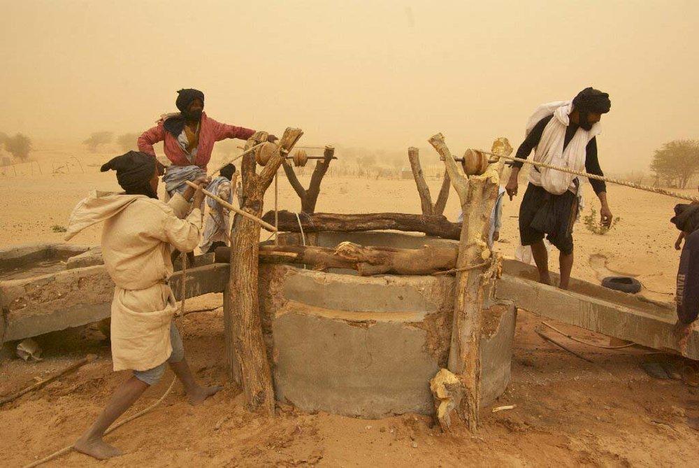 - 2012 constitue une année majeure pour la Fondation. C'est le début des recherches sur la manière de résoudre les problèmes d'alimentation d'eau. On cherche des solutions. A Ividjaren, un projet de nettoyage des puits est organisé. Des panneaux solaires sont même installés pour puiser l'eau des puits et rendre ainsi possible l'irrigation des terres.Atigh, le président de la Fondation, donne une conférence aux Mauritanides, le grand rendez-vous des secteurs miniers et pétroliers de Mauritanie. Il met en avant le développement local et décrit comment communiquer avec les populations. Par exemple, installer un panneau pour désigner un point d'eau dangereux n'est pas efficace. Le panneau serait alors récupéré pour d'autres usages. Il faut plutôt mettre en place un système d'alarme en hassanya, l'arabe dialectal local.La même année, une grande rencontre a eu lieu à Tenoubak dont le but était de reconnecter des locaux non-nomade avec la vie nomade.