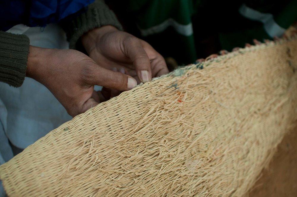 Commerce équitable : La Fondation concilie développement, dignité et plaisir - Parmi les produits distribués et vendus équitablement par la Fondation La Khaïma : les sacs à mains et le célèbre jus d'hibiscus Atigh's. Ces deux produits phares sont produits dans la région d'Ivegaren en Mauritanie et sont vendus au Canada depuis des années.Chaque sac à main permet de payer un mois de salaire, le temps nécessaire à une couturière pour concevoir un sac. Ces beaux accessoires sont produits à partir de vieux pulls et de sacs de riz. Une deuxième vie grâce au recyclage...Autre aspect très important pour la communauté: le travail effectué permet de conserver des techniques anciennes de production qui, sans cela, se perdraient peu à peu. Ainsi, les anciens motifs anciens restent vivants. Pour la nouvelle génération, cet apprentissage permet de rester connecté avec les générations précédentes. C'est une fierté pour ces communautés de vendre leurs produits au bout du monde : le Canada. Autre production à l'honneur qui permet une juste rétribution des producteurs : Atigh's, le célèbre jus d'hibiscus bio, distribué dans 200 points de vente au Québec. Les fleurs d'hibiscus sont les joyaux du désert. Les conditions extrêmes du Sahara renforcent leurs propriétés revitalisantes. Les nomades le cultivent depuis des siècles, le préparant selon une recette ancestrale, de façon à conserver son essence naturelle. Ils obtiennent ainsi un breuvage d'une couleur rouge éclatante offre une fraîcheur exceptionnelle. Bien sûr, là encore, l'argent permet aux cueilleurs de toucher un bon salaire et de développer les communautés.