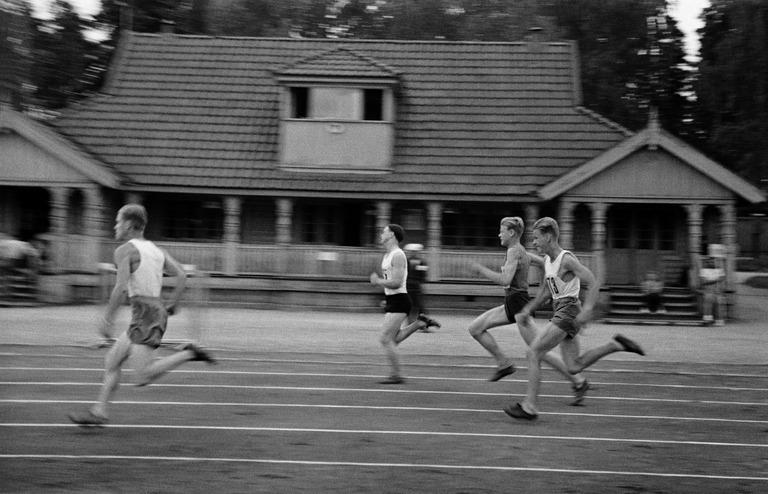Käynnissä 400 metrin feissaus vuodelta 1947. Kuva: Väinö Kannisto, 1947.    Helsingin kaupunginmuseo    (CC BY 4.0).