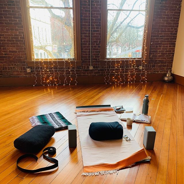 This is what open studio looks like!  6am-10am MTTF.  Come practice what you teach. Practice your self practice. Study. Meditate.  Share.  Come and  go as you please!  Register at 👆🏽#yogaissogoodforyou #donationbasedyoga