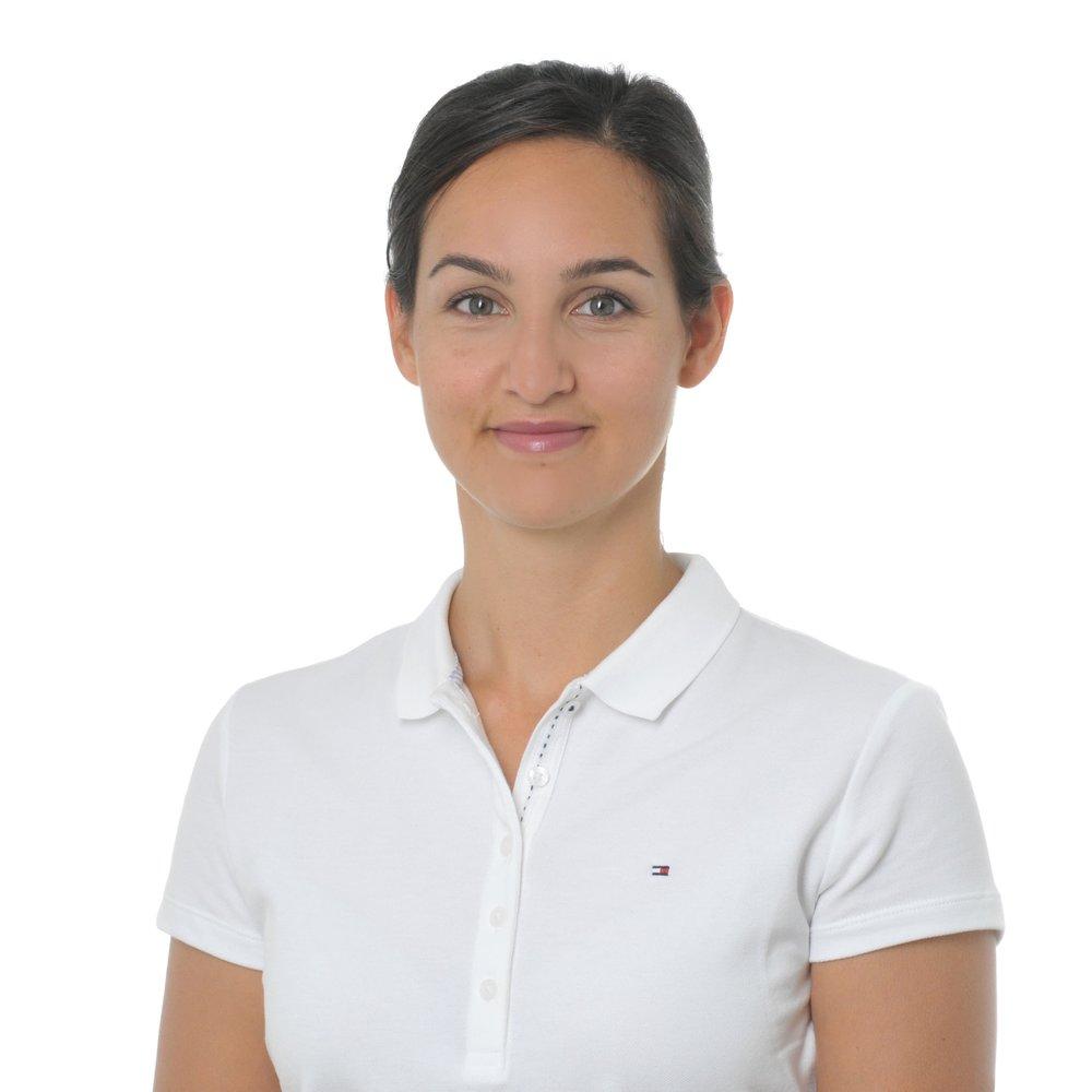Betina Villanueva ist in Zürich aufgewachsen. Sie ist diplomierte Physiotherapeutin, Sportphysiotherapeutin ESP und Triggerpunkt / Dry Needling Therapeutin DVS®.  Im Rahmen ihrer bisherigen Tätigkeit arbeitete Betina primär in den Bereichen Innere Medizin und Muskuloskeletale Rehabilitation, unter anderem für die Rehaklinik Wald, die SportClinic Zürich und das Spital Uster. Der Fokus ihrer Tätigkeit liegt nun in der konservativen und postoperativen physiotherapeutischen Behandlung von orthopädischen Krankheitsbildern. Betina ist sowohl für Physio & Co als auch für die Schulthess Klinik tätig.  Nebst ihrer umfassenden beruflichen Erfahrung verfügt Betina über ein ausgeprägtes Einfühlungsvermögen und eine hohe Fachkompetenz, die sie stets im Sinne ihrer Patienten einsetzt. Oberstes Ziel von Betina ist es, die optimale Physiotherapie für jeden einzelnen Patienten anzubieten und dabei die Ressourcen der Patienten zu stärken.  Betina spricht fliessend Deutsch, Schweizerdeutsch, Englisch und Spanisch.