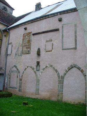 2. façade ouest de l'aile est avec les vestiges de la galerie du cloître.JPG