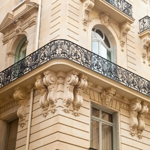 Patrimonial - Un investissement patrimonial minimise le risque mais son prix d'achat est plus élevé, étant donné que ces biens bénéficient d'emplacements premium (centre-ville, centre historique, villes très attractives).Un investissement patrimonial permet souvent de réaliser une plus-value à la revente sur le long terme.