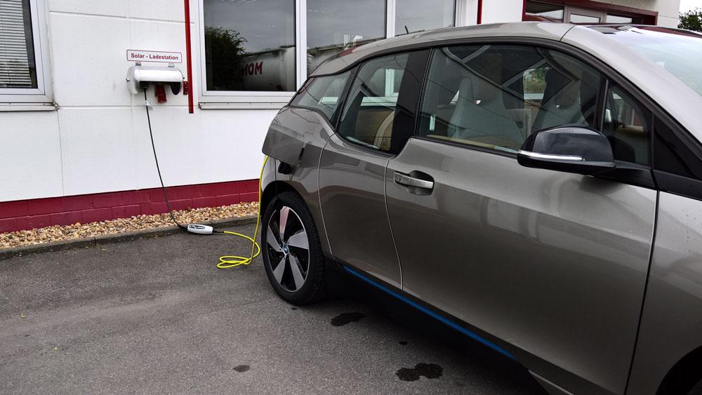 Elektrodienstfahrzeuge - Unsere neuen Dienstfahrzeuge fahren rein elektrisch und werden mit unserem eigenen grünen Strom betankt.