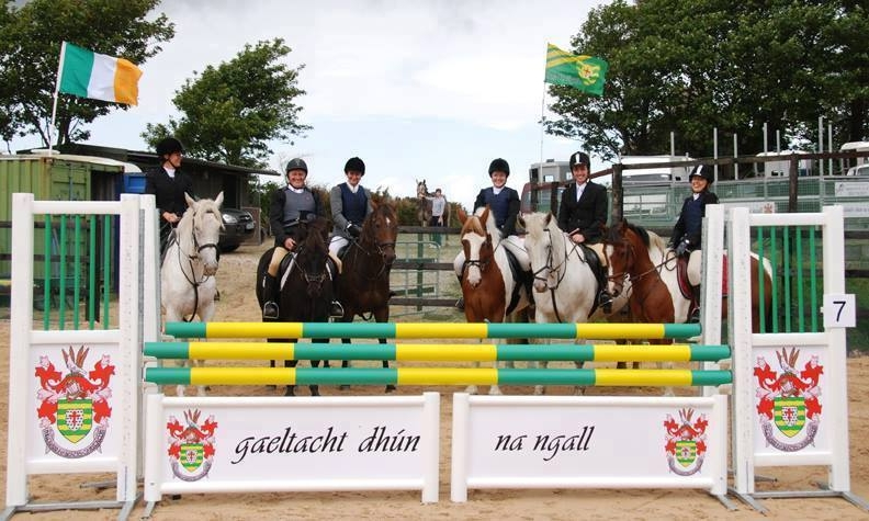 Ar Mhuin na Muice agus na gCapall    four-part series    TG4 2015   Members of the Donegal Gaeltacht Riding Club head to the RDS show-jumping qualifiers in Sligo, and preparations begin for the club's popular beach show that attracts visitors from all over the country.