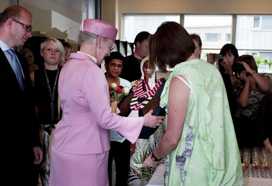 Dronningen med taske fra Maria Louise Suhr's taskekollektion, Winter Stribes. Den officielle gave fra Designskolen Kolding i 2010.