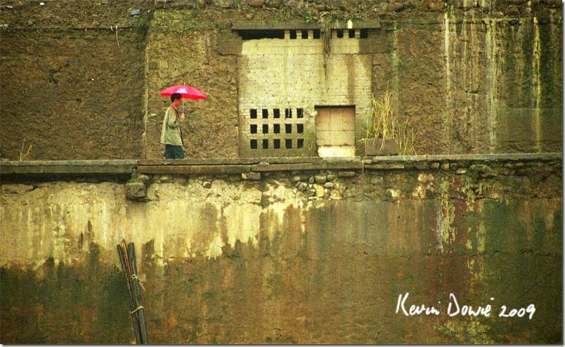 The man with the red umbrella, Fenji.