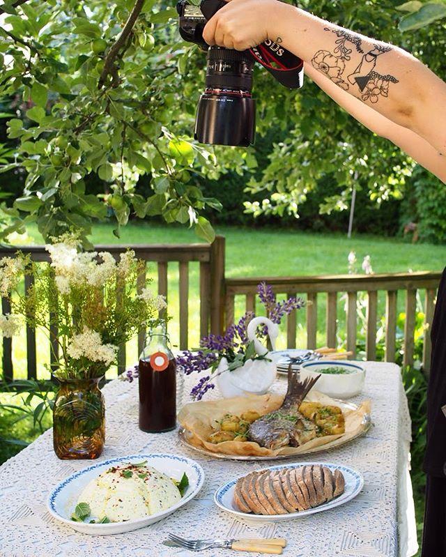 Kuvausvuorossa Pirkanmaan mintulla ja sitruunankuorella maustettu piimäjuusto sekä rievä. Taustalla odottelee täytetty uunilahna, varhaiskaalisalaatti ja mesiangervokotikalja. #moderniamaakuntaruokaa #maakuntaruoka #ruokakulttuuri #pirkanmaa #suomi100 #thisisfinland #riävä