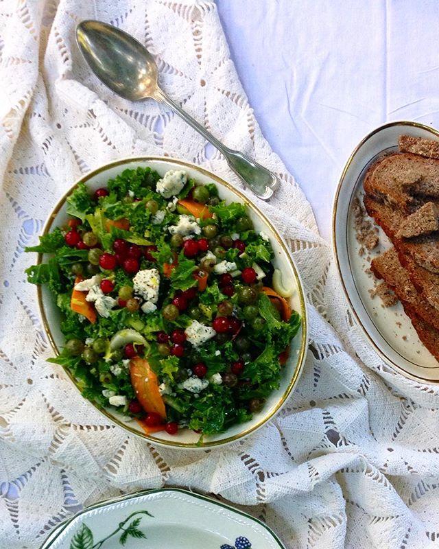Pohjois-Savon moderni salaatti koostuu lehtikaalista, porkkanasta sekä paikallisesta Peltolan Bluesta ja viimeistellään puna-ja viherherukkavinaigretella. Kastike onnistuu myös pakastemarjoista ja lehtikaalia ei hallayöt hetkauta, joten tässä on oiva syyssalaatti kotimaisista aineksista. Pohjoissavolaisella Pekan Pihalla lehtikaalia on viljelty suomalaisiin ruokapöytiin jo 10 vuotta! #moderniamaakuntaruokaa #maakuntaruoka #keittokirja #suomi100 #satokausikalenteri #pohjoissavo #satokausi #parastajuurinyt #peltolanblue